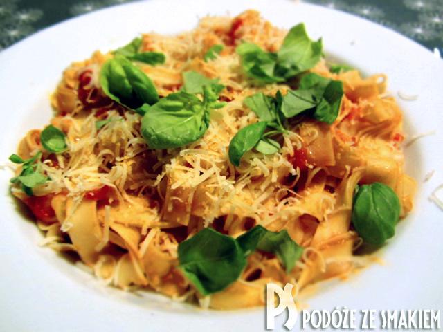 Makaron domowy tagliatelle z sosem pomidorowym
