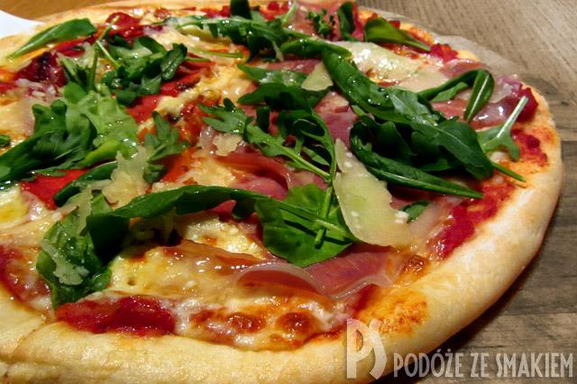 Pizza włoska na cienkim cieście