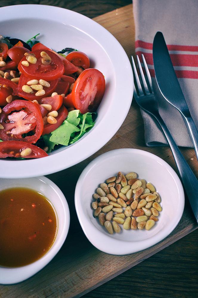 Sałatka z halloumi, pomidorami i dressingiem chilli - Podróże ze smakiem
