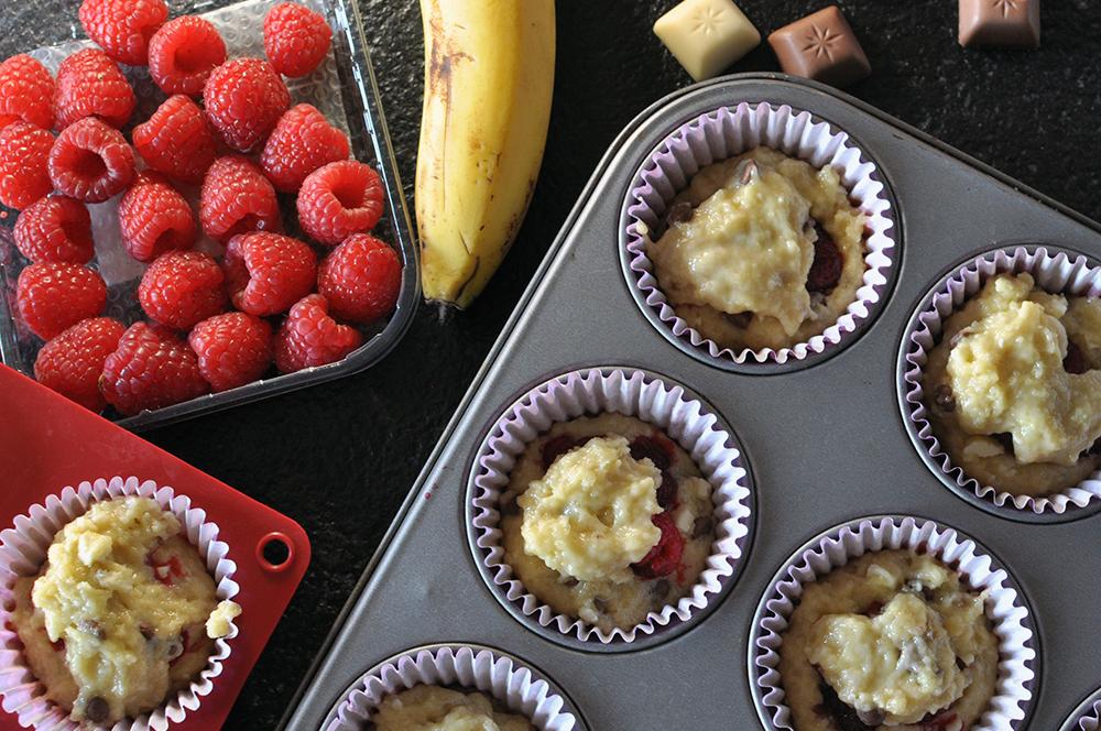 Muffiny z bananami, malinami i czekoladą